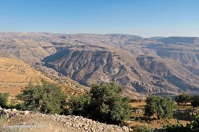 [Imagem: Bozrah-from-northwest-tb061404284-lugaresbiblicos.jpg]